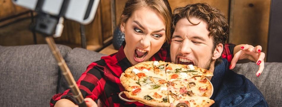 Influenciadores Digitais Comendo Pizza